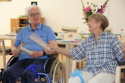 Demenzhelferin Gabriele Weh (rechts)