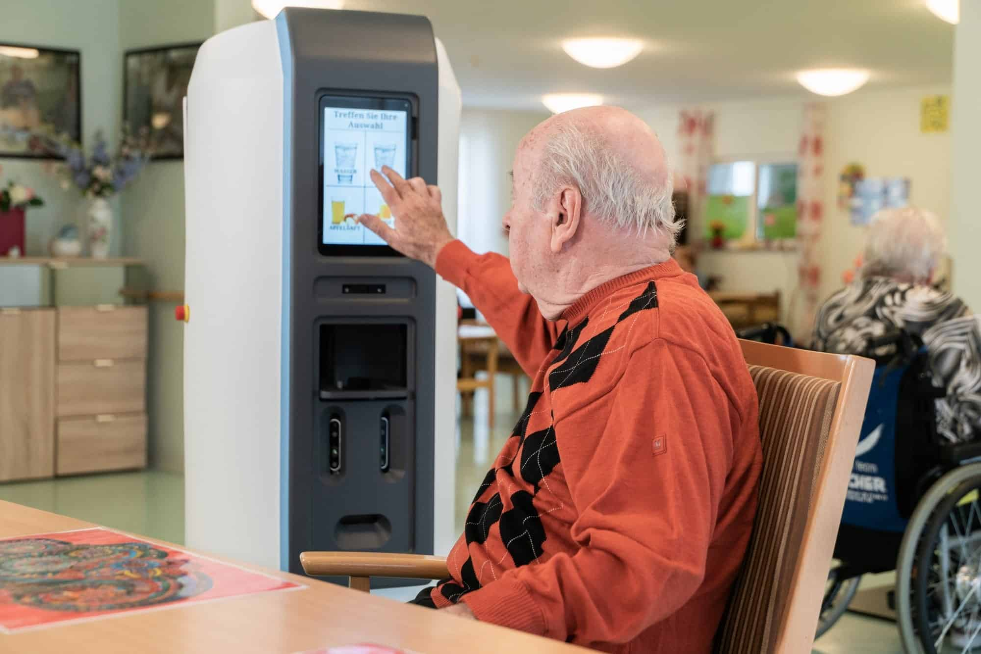 Der robotische ServiceAssistent unterstützt das regelmäßige Trinken und fördert die Selbstständigkeit (Foto: Fraunhofer IPA)
