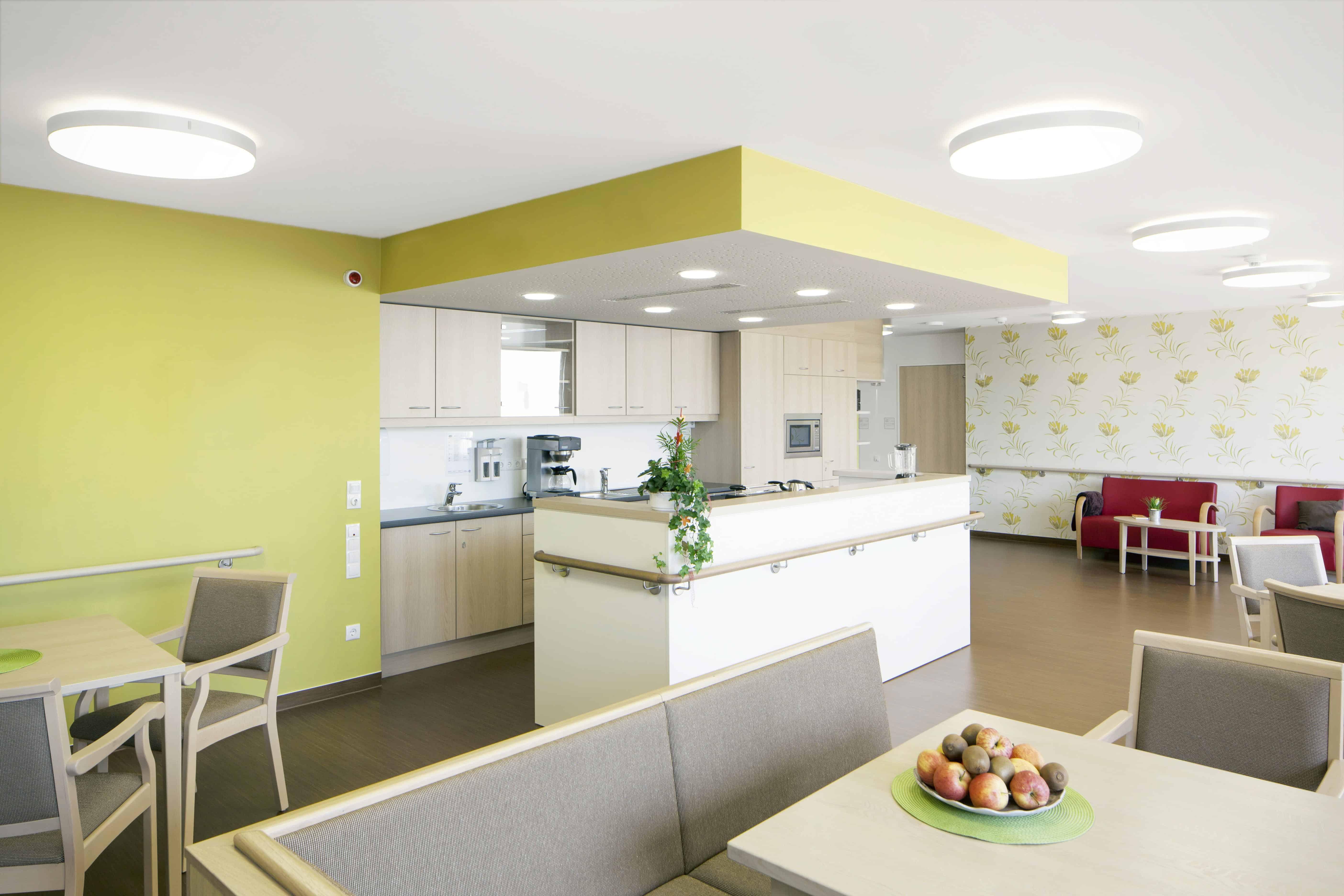 Kontrastreich gestalteter und möblierter Aufenthalts- und Essbereich eines Wohnbereichs Kompetenzzentrum Beraten - Wohnen - Pflegen in Forchheim / Feddersen Architekten / © Gerhard Hagen /poolima