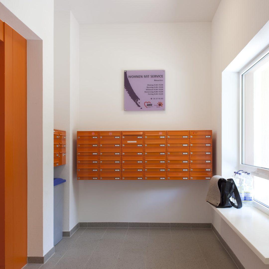 Mit Rollstuhl erreichbare und gute Wahrnehmbare Briefkästen Umbau von Plattenbauten zu seniorengerechten Wohnungen / Feddersen Architekten / © Reinhard Görner