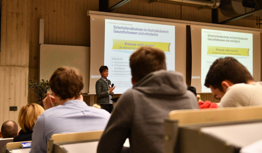 Dr. Claudia Welz-Spiegel spricht beim Fachtag über Patientensicherheit als Erfolgsfaktor - Foto: FH Münster/Pressestelle
