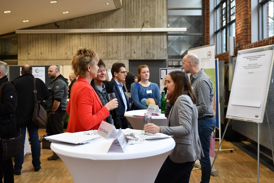 Besucher tauschen sich mit Referenten und Praktikern aus dem Qualitätsmanagement im Gesundheitswesen aus - Foto: FH Münster/Pressestelle