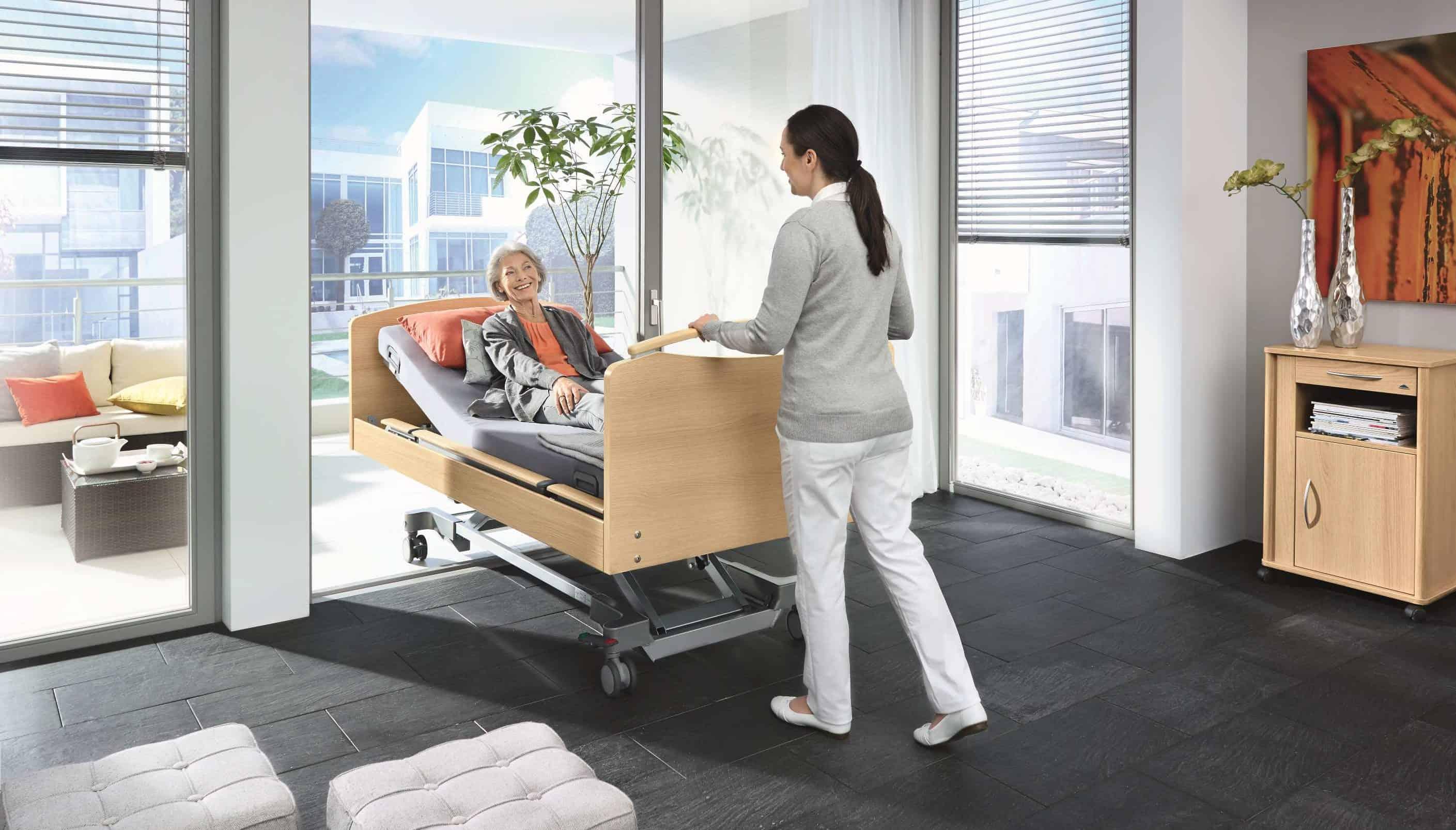 """Das Pflegebett Venta in der Modellvariante """"movo"""" lässt sich besonders gut von einem Ort zum ande-ren fahren. - Foto: Stiegelmeyer"""