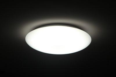 Die Polycarbonat-Deckenleuchte kann via Fernbedienung in 6 Helligkeitsstufen bzw. Lichtfarben eingestellt werden. Nachtlichtfunktion auf Knopfdruck. - Foto: Dalen