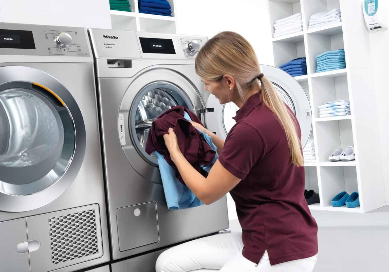Viel Platz für Wäsche auf kleinem Raum: Eine Waschmaschine und ein Trockner aus der neuen Generation Kleine Riesen. - Foto: Miele