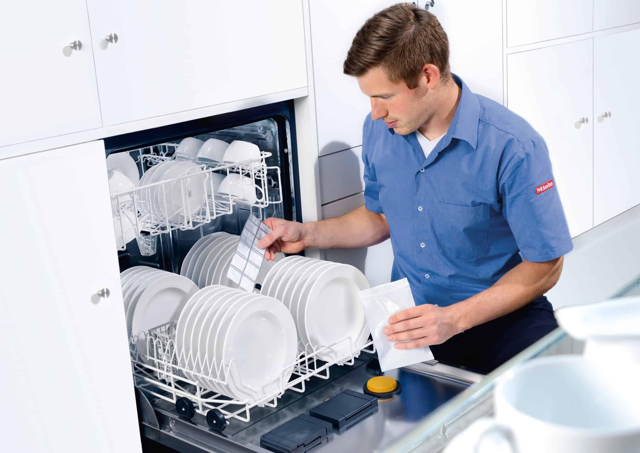 """Herzstück des Testverfahrens """"PROHygiene"""": Bio-Indikatoren, die mit dem verschmutzten Geschirr gewaschen und später im Labor untersucht werden. - Foto: Miele"""