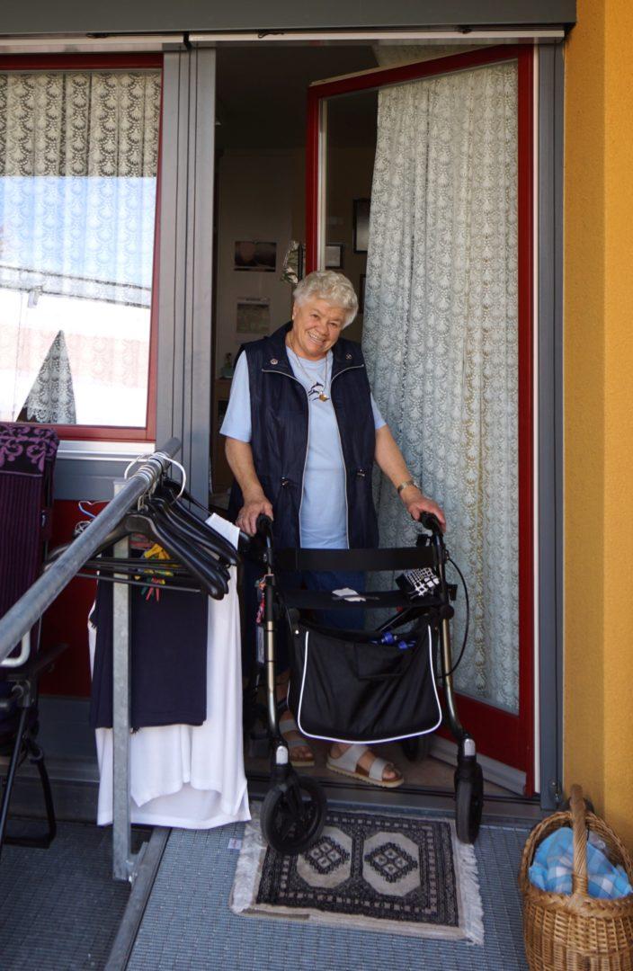 Die Bewohnerin Elisabeth Seiler ist froh eine Balkontür ohne Türanschlag zu haben. Dank der Nullschwelle kann sie im Alltag ganz einfach auf ihre Terrasse, um ihre Pflanzen und ihr Gemüse zu versorgen, sowie Wäsche aufzuhängen. Mit einer Türschwelle ginge das nicht. Foto: Ulrike Jocham