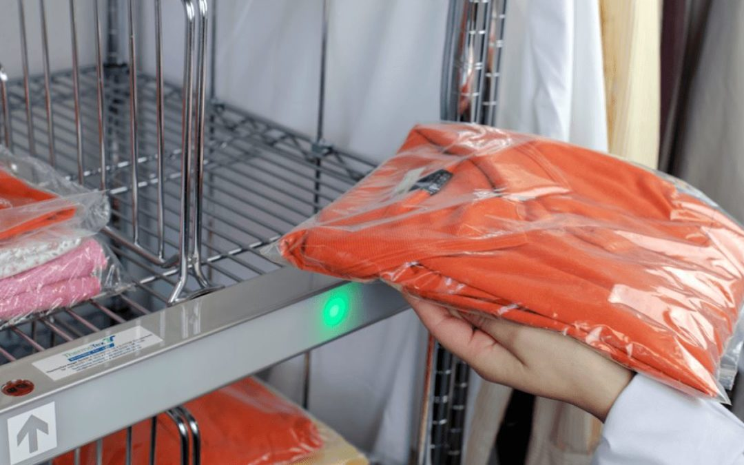 Die Sortierhilfe OUT-SorTexx zeigt mit einer grünen LED an, wohin das saubere Wäschestück gehört. - Foto: Thermotex