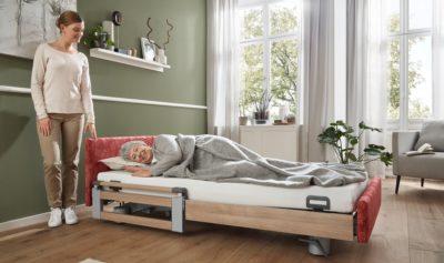Für die Pflegebetten-Modelle mit Vario Safe stehen auf Wunsch festgepolsterte Häupter und Blenden mit hochwertigen Stoffen oder Kunstledern zur Auswahl. - Foto: Stiegelmeyer