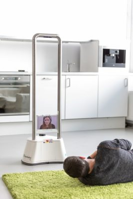 Durch das höhenverstellbare Tablet kann der Roboter sowohl liegende als auch sitzende Personen ansprechen. - Quelle: Fraunhofer IPA/Foto: Rainer Bez