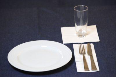 Kontrastreiches Geschirr zum Tischtuch - Foto: DBSV/Friese