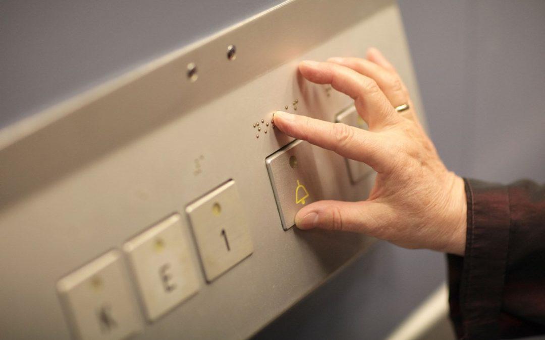 Hilfreicher Taster im Fahrstuhl - Foto: DBSV/Friese