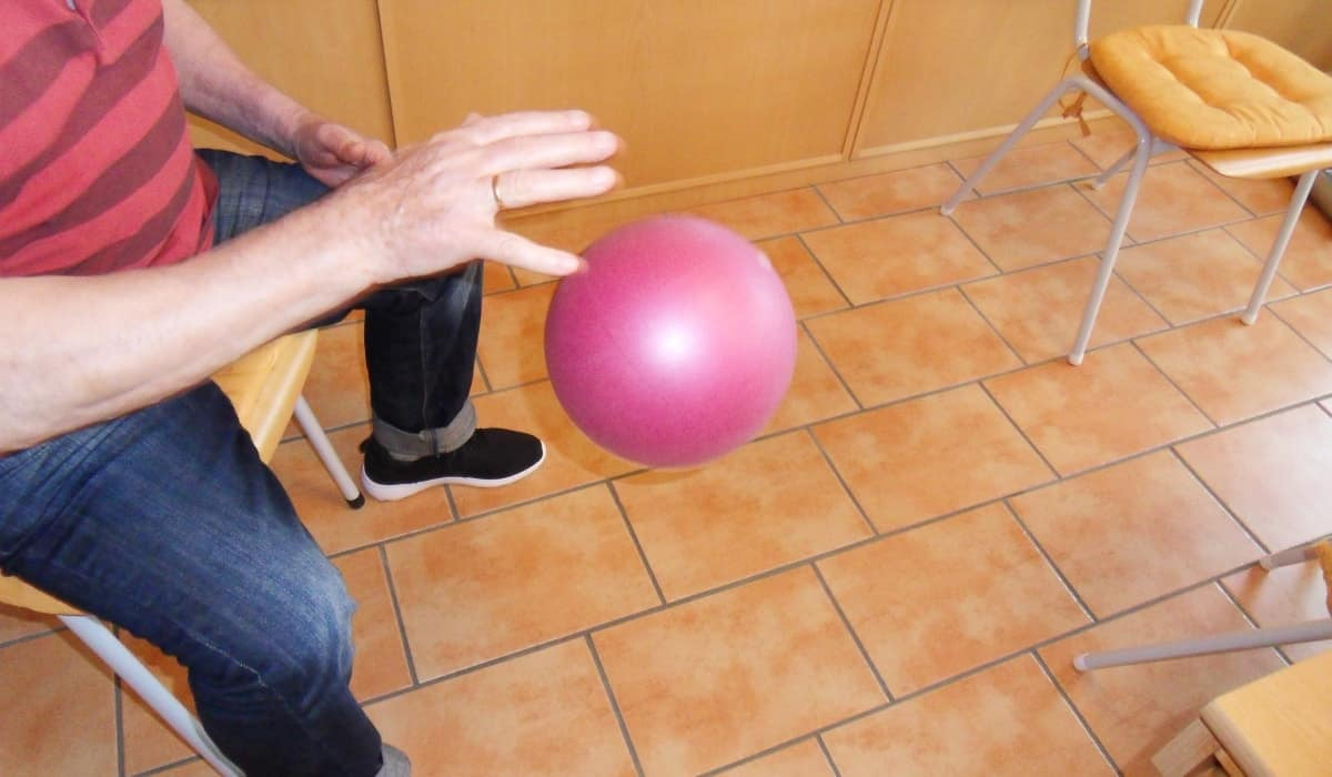 Mann Spielt mit Lila Ball