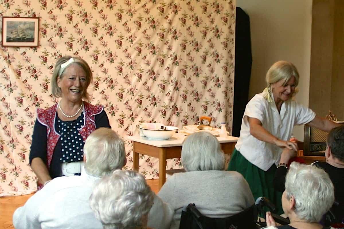 Ältere spielen bei Einem Theater mit