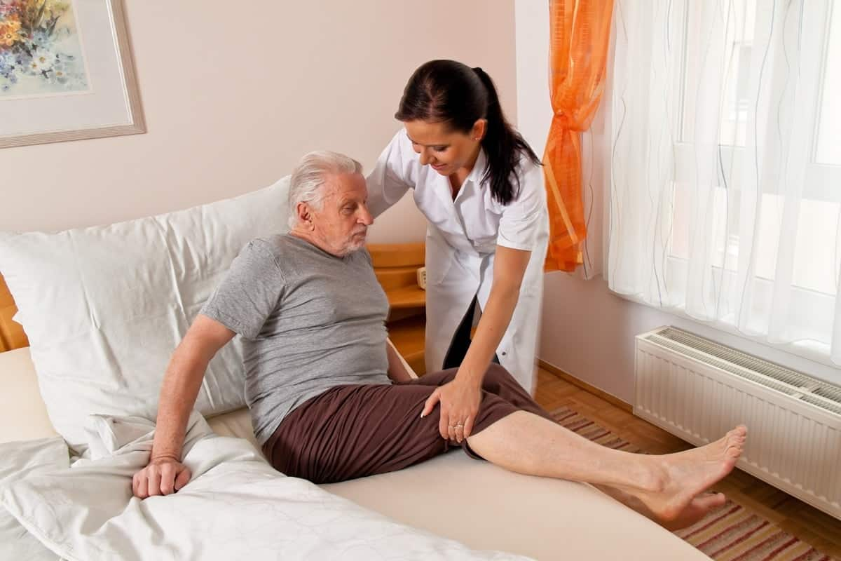Pflegekraft aus dem Ausland macht ihre Arbeit