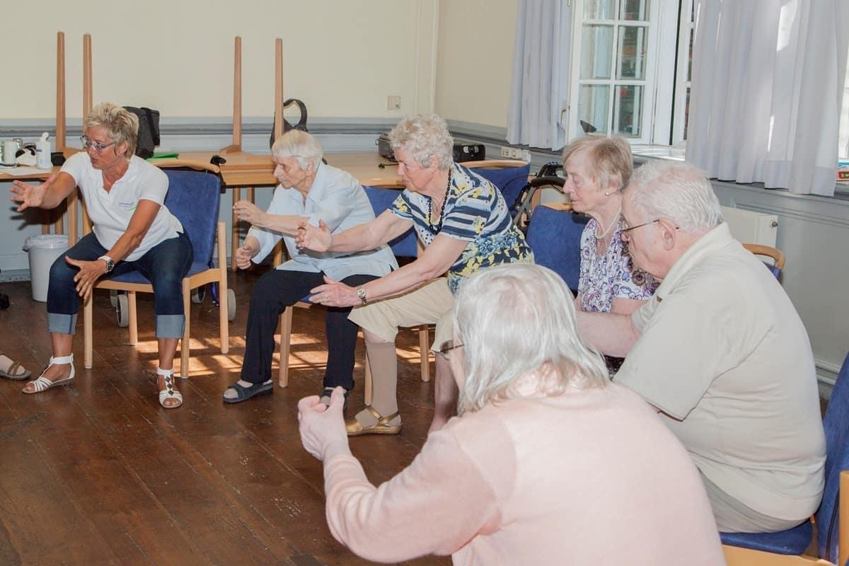 Senioren führen ein Trainingsprogramm für pflegebedürftige durch