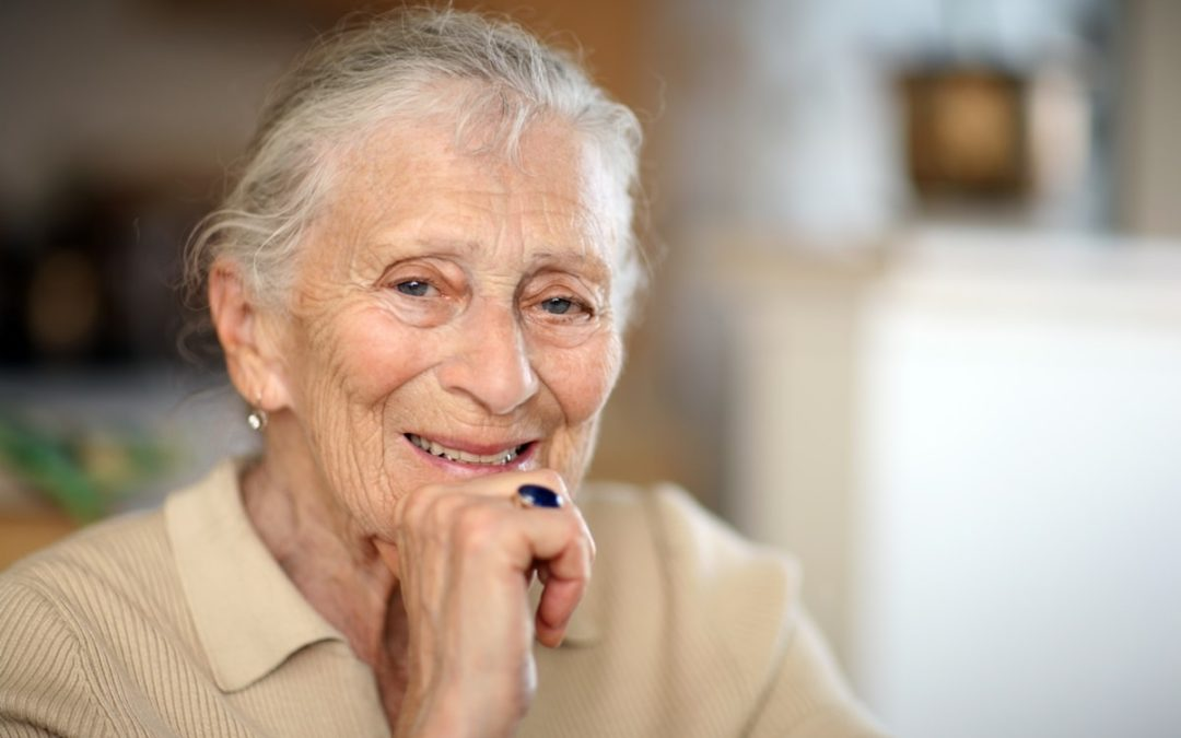 glückliches älteres Frauenporträt