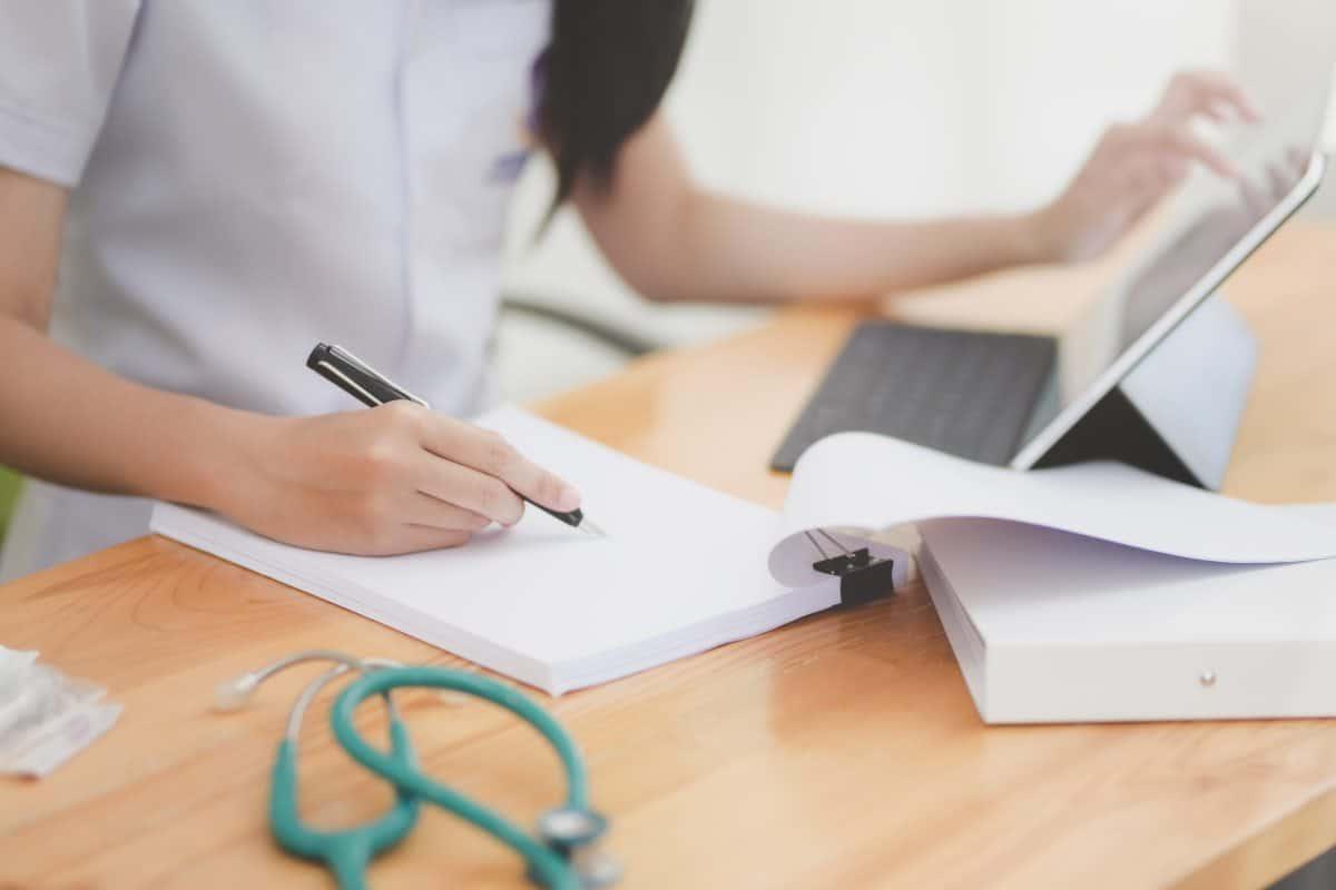 Person, die auf Papier schreibt