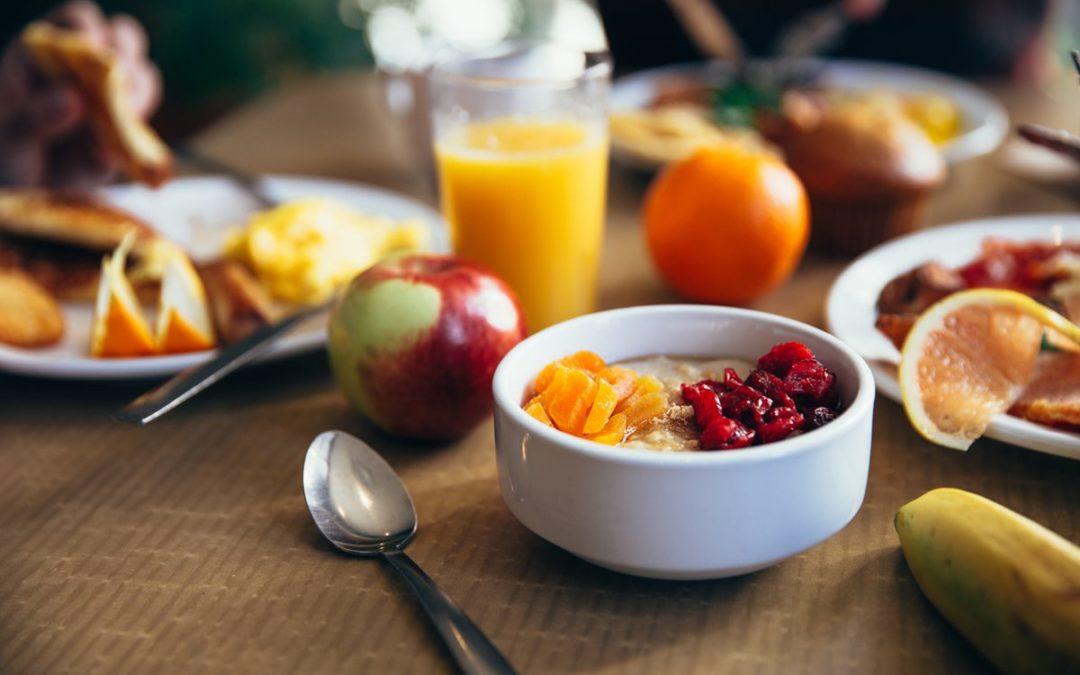 flaches Fokusfoto des Löffels zum Frühstück