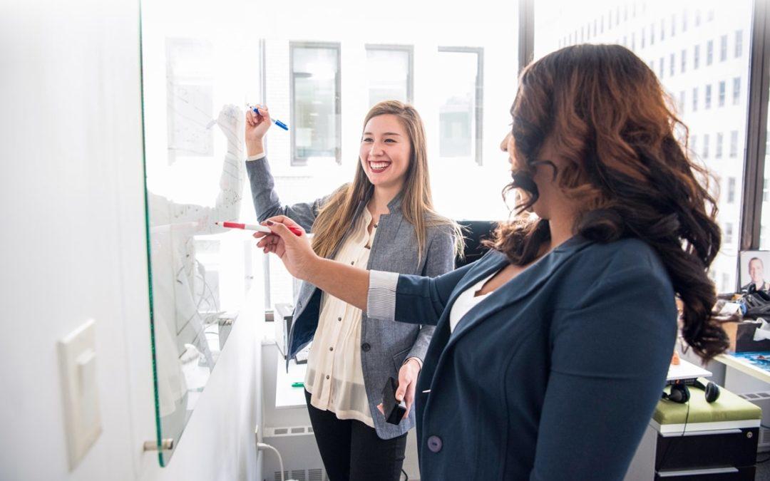 Zwei Frauen planen und deligieren Arbeiten
